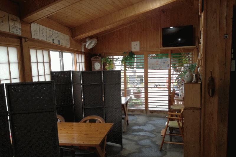 店内はテーブル席が4つほどあり、テーブルごとにパーテーションで区切られています。